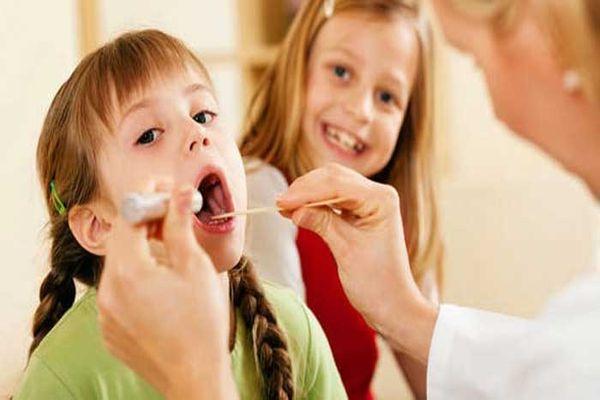 ребенок с симптомами тонзиллита