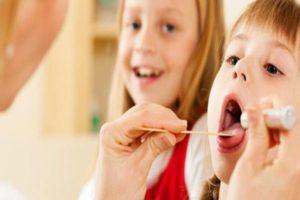 осмотр полости рта у ребенка