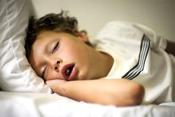 спит с открыым ртом