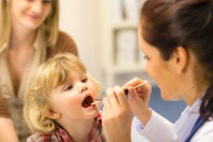 осмотр горла ребенка