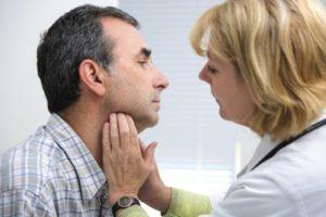 врач проверяет горло