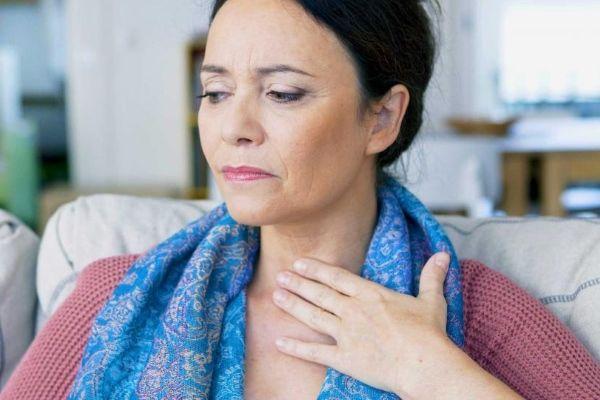 у женщины болят связки