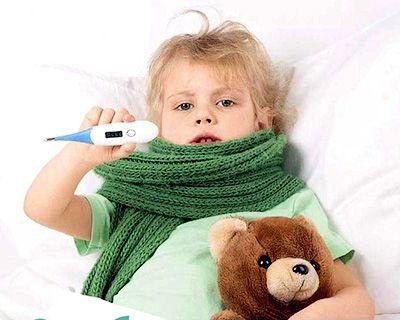 мальчик имеряет температуру
