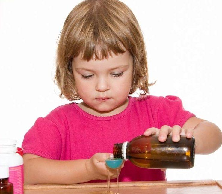 девочка принимает сироп